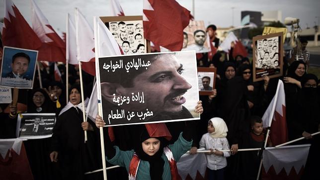 AFP Una muchacha sostiene un cartel con un retrato de la activista de derechos humanos encarcelado Abdulhadi Al-Khawaja en el que se lee «Abdulhadi Al-Khawaja, voluntad y determinación, en huelga de hambre» durante una protesta contra el Gobierno