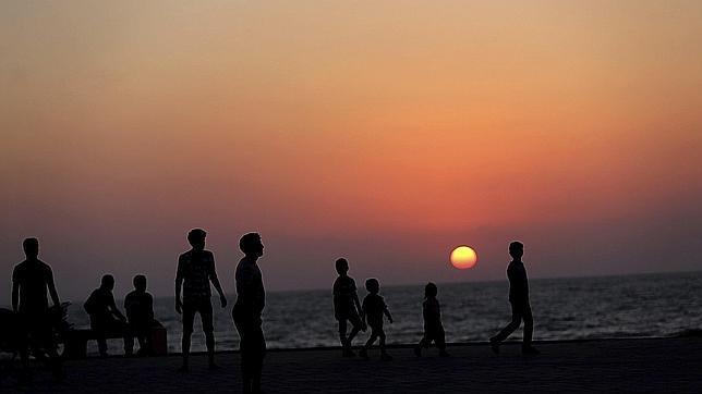 EFE Un grupo de palestinos juega al fútbol en la playa de Gaza, que vive una tregua de 72 horas. Israel ha retirarado sus fuerzas terrestres de la Franja